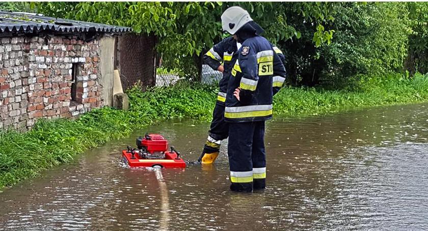Ulewne deszcze dały się we znaki. Strażacy pompują bez przerwy
