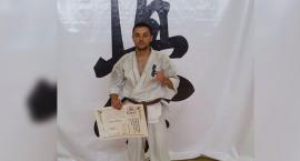 Wojciech Piesik z czarnym pasem karate