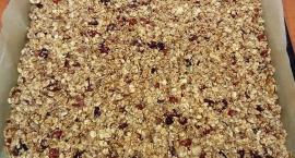 Elwira przygotowuje granolę