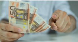 Jak wymieniać walutę online i wypłacać bez zakładania konta walutowego? Możesz tego dokonać w PKO BP